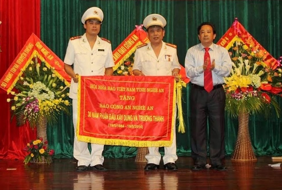 Chủ tịch Hội Nhà báo Việt Nam tỉnh Nghệ An Trần Duy Ngoãn tặng bức trướng nhân dịp kỷ niệm 30 năm Báo phát hành số đầu tiên (19/5/2014)