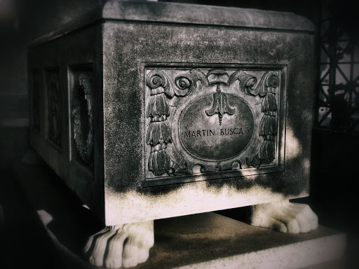 Tumba con patas dentro del mausoleo
