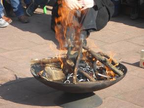 Photo: het vuur in de schaal wordt aangemaakt