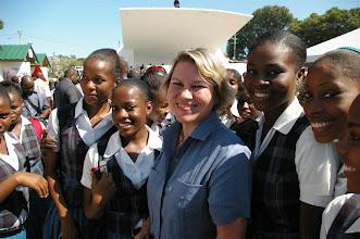 Photo: L'Ambassadeur de Suisse en compagnie d'écolières venues visiter l'exposition.