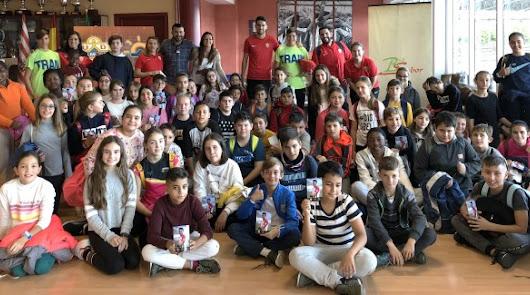Los alumnos de los colegios disfrutan con el Almería