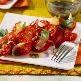 Tomatensalat mit geschmorten Zwiebeln.