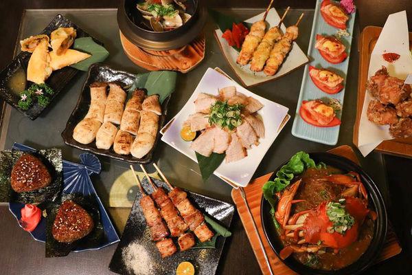 晚餐宵夜居酒屋,宇樂居食屋,日式燒烤串燒烤物,選項好豐富! 推松阪豬、炸香蕉、清酒蛤蠣、番茄焦糖炙鮭魚!