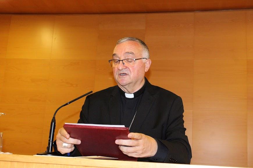 El obispo coadjutor anunciando los nuevos nombramientos.