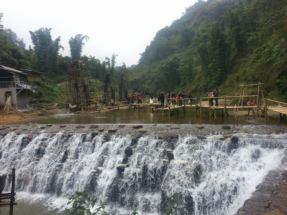Bản Cát Cát đẹp tự nhiên với dòng thác trắng