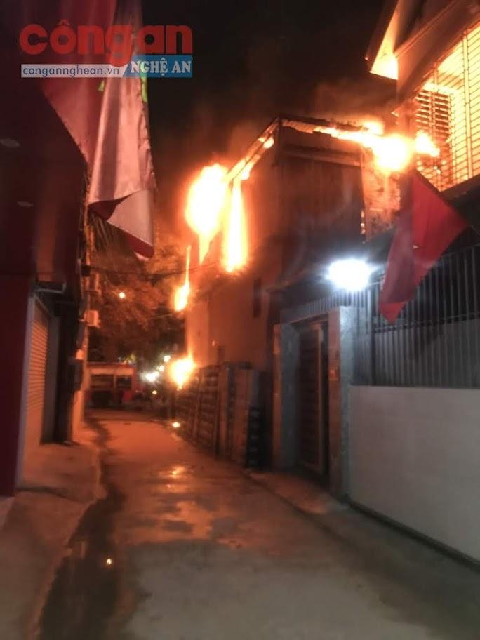 Ngọn lửa bùng phát dữ dội, sáng rực cả góc phố.