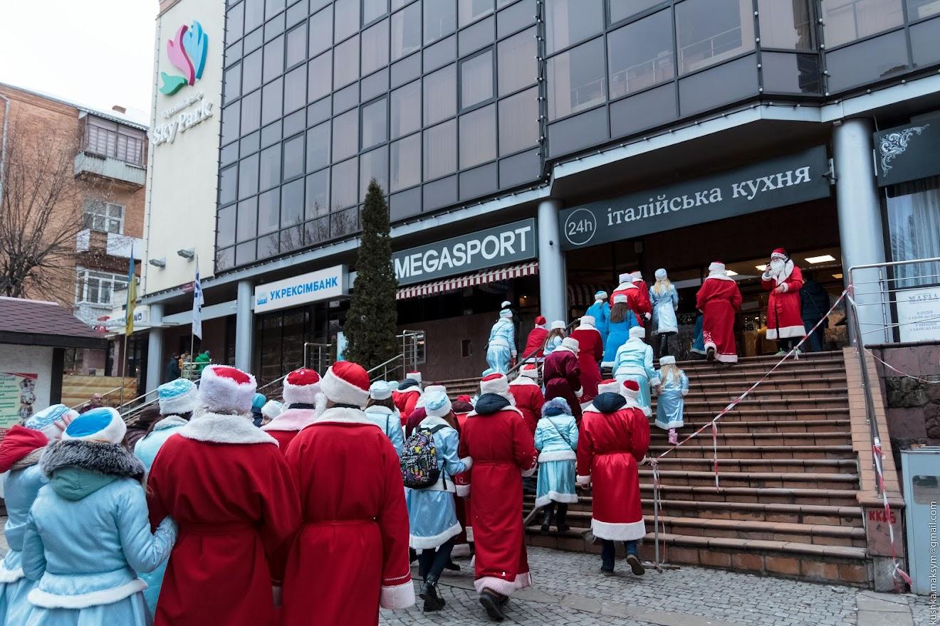 Діди Морози та Снігуроньки привітали вінничан зі святами