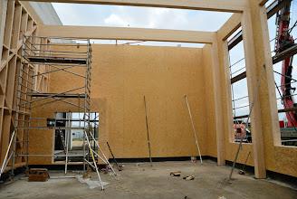 Photo: 08-11-2012 © ervanofoto Er is gisterenavond nog flink doorgewerkt. De vormen van onze showroom zijn nu duidelijk zichtbaar.  Links in de hoek, de doorgang naar het magazijn. Omwille van de brandveiligheid is dit een open sas.