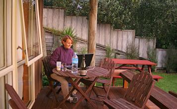 Photo: Andrea beim Bloggen in Hahei