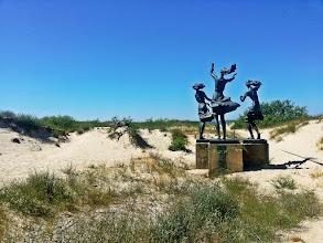 """Photo: """"Žvejo dukros"""" - trys į jūra žvelgiančios ilgaplaukės merginos, laukiančios iš žvejybos sugrįžtančio tėvo. Šią skulptūrą 1982 metais sukūrė skulptorė Zuzana Pranaitytė."""