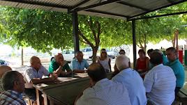 Encuentro entre el alcalde,Domingo Fernández, y varios vecinos.