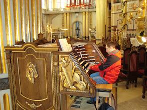 Photo: Organista Zygmunt Miecznik przy organach bazyliki w Licheniu