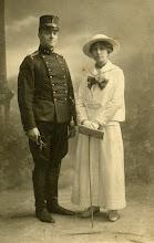Photo: Hendrik ('Pum') Keppel Hesselink, geb. 1887, is deze vriendelijk ogende officier. Een echte paardenman: Luitenant-kolonel Bereden Artillerie, Commandant van de School voor Reserve Officieren der Bereden Artillerie te Ede (S.R.O.B.A.), 2e voorzitter van de Federatie van Landelijke Rijverenigingen. Zijn vrouw is Adrienne Nelly ('Bonny') Vogelenzang (1893-1981), eveneens een zeer goede ruiter. Ze hadden een dochter Paula. Hij overleed in krijgsgevangenschap in Stanislau (het huidige Ivano Frankovsk in de Oekraine) in 1942, waar hij ook is begraven.♦