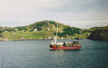 Photo: Is that a house boat?