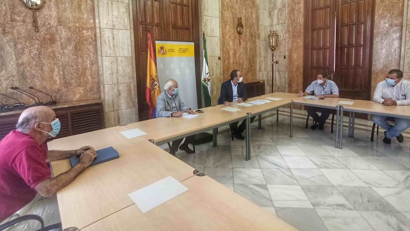 Reunión entre el alcalde, el subdelegado y el jefe de la dependencia de Industria y Energía de la Subdelegación.