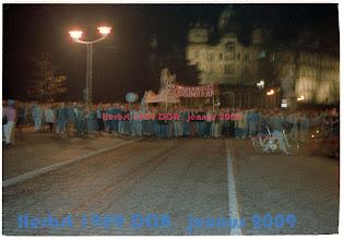 Photo: Am Ende der friedlichen Demo kommt der Zug wieder vor dem Schloß in SN an. (23. Oktober 1989)