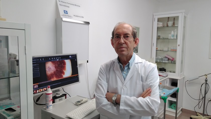 Ramón Fernández Miranda en su consulta del Paseo de Almería.