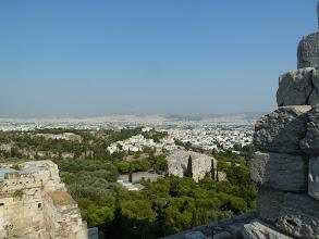 Photo: L'Areopage c'est le rocher qui émerge des pins, plus loin on distingue l'observatoire situé sur la colline du Pnyx qui domine l'Agora. C'est de cette colline que les orateurs (Solon, Thémistocle, Périclès, Démosthène et bien d'autres) haranguaient les Athéniens, prémices de la démocratie directe.