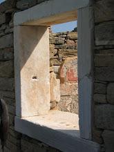 Photo: Delos: kaupan tai vankilan kalteri-ikkuna
