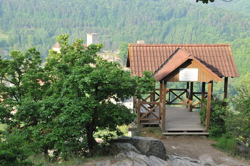 Photo: Hardeggská vyhlídka skýtá mimořádný pohled do údolí Dyje a na město Hardegg. Původní altánek z roku 1885 byl rekonstruován Rakouským klubem turistů. Dnes patří k nejvyhledávanějším místům v Podyjí