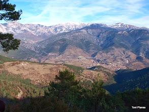 Photo: Roc dels Quatre Batlles: El Quer i Bagà. A l'horitzó Penyes Altes, la Tosa i el Puigllançada.
