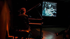 Música de piano improvisada para acompañar a clásicos de la gran pantalla.