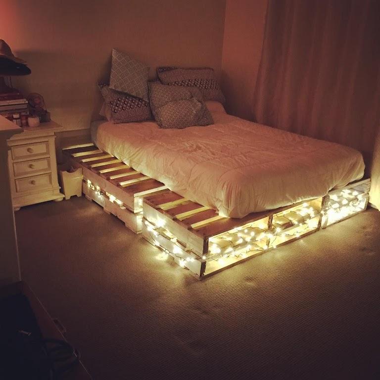 Łóżko z palet z oświetleniem