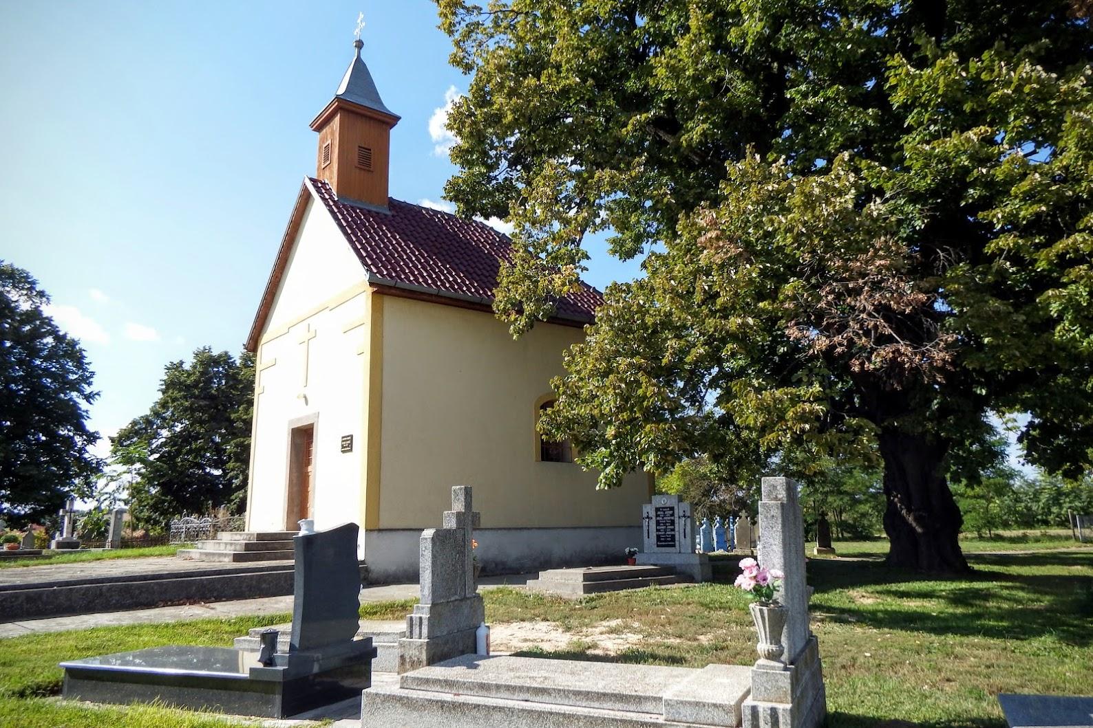 Véménd - kálváriakápolna a keresztúttal a temetőben