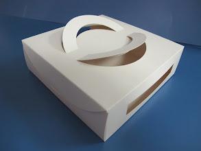 Photo: Caixa (11) Especial com alças de papel e recortes que expõe o produto dentro da embalagem - Visão de perfil.