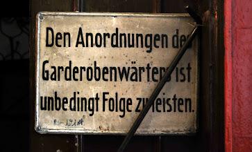 Photo: Den Anordnungen des Garderobenwärters ist unbedingt Folge zu leisten. (Der Wirt)