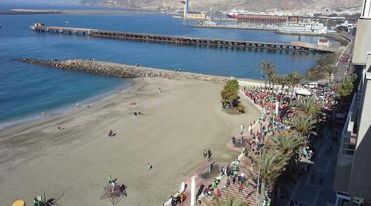 Un vertido en el mar obliga a cerrar la playa de San Miguel por precaución