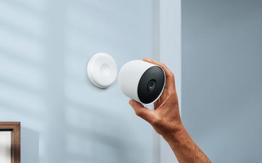 テレビの周辺に Google Nest Cam を取り付けている様子を示す画像