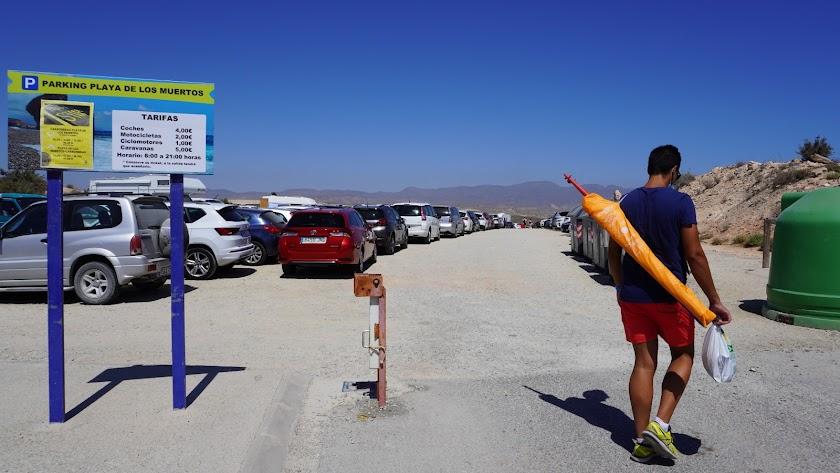 El parking situado junto al acceso a la playa se ha quedado pequeño.