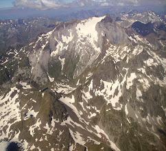 Photo: Hautes Pyrénées : vision aérienne sur la face Est du Vignemale couverte par le Glacier d'Ossoue. Aperçu à gauche sur le lac Glacé, le petit lac du col des Gentiane et le lac des Gentianes.