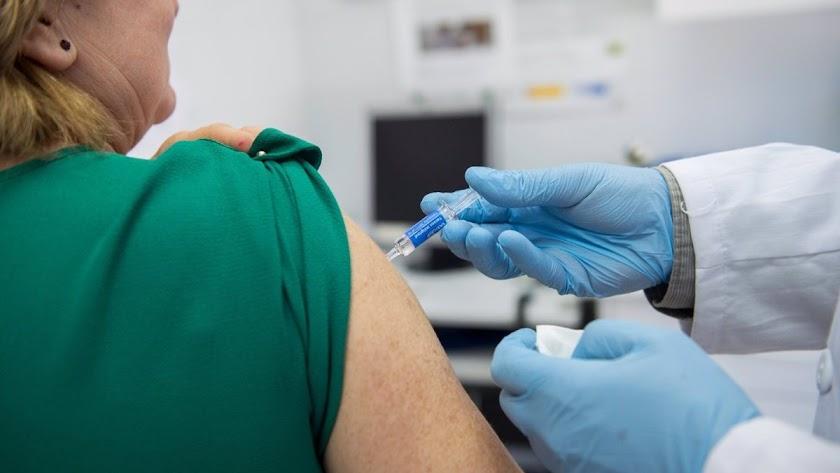 Los residentes y el personal sanitario de residencias serán los primeros vacunados.
