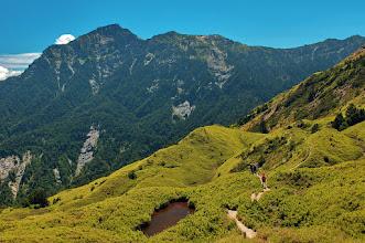 Photo: 小奇萊步道視野開闊,有水窪凹地,也有兩個小山頭,最高點海拔 3,150 公尺。