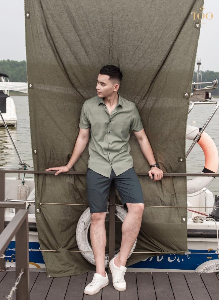 Trẻ trung và năng động với áo sơ mi nam thiết kế màu rêu nhạt kết hợp với quần short và giày sneaker