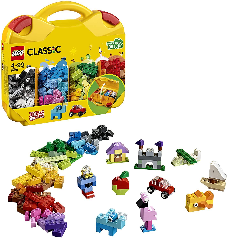 Maleta com pecinhas de lego em diversos tons de verde, azul, amarelo, laranja, preto e branco. Ao lado há imagens de casinhas, carros, barcos e animais montados com as peças.