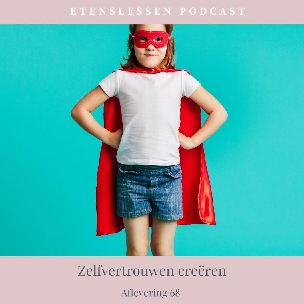 Kind verkleed als superheld. Ze heeft een rode cape om