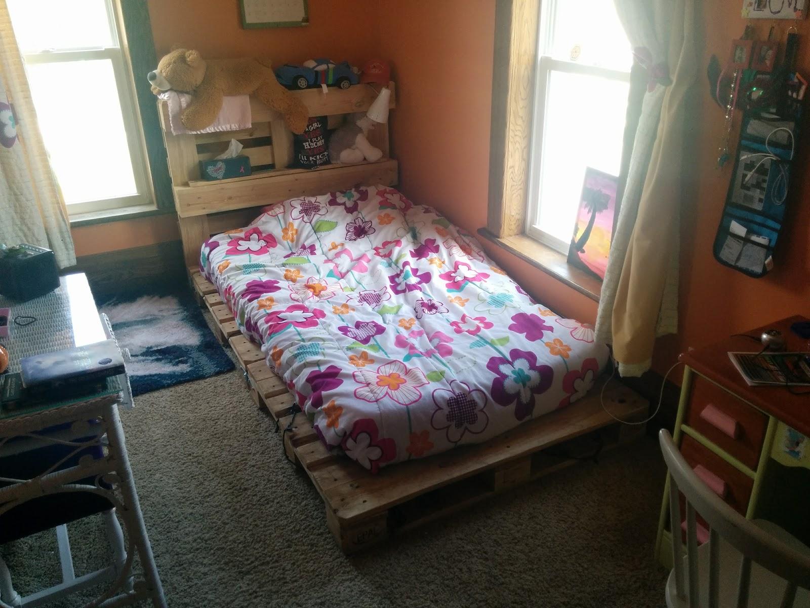 DIY Pallet Bed 1.jpg