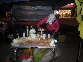 Photo: ランナーに最初に提供したけいくんの特製お味噌汁には、干しエビ、高野豆腐、ワカメなど沢山入っていて、出汁入り液味噌とお湯を加えると大変美味しいお味噌汁が完成。