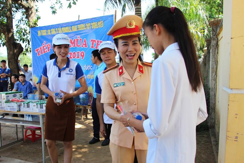 Nữ CSGT xinh đẹp thuộc Phòng CSGT Nghệ An có mặt tại điểm thi THPT Đông Hiếu tiếp sức mùa thi