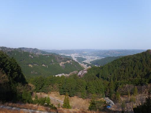 平成の大崩からの展望(下に七曲峠の車道)