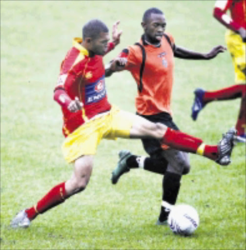 MY BALL: Santos' Bevan Fransch, left, tussles for the ball with Thanda Royal Zulu's Bernard Parker in thier Premiership match at Mpumalanga Stadium in Hammersdale yesterday. Cape Town side Santos win 1-0. 26/11/2008. Pic. Anesh Debiky.  © Gallo Images