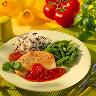 Putenmedaillons mit Tomaten-Basilikum-Sauce