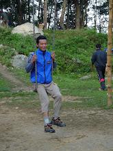 Photo: Notre guide Santosh s'essaie à la balançoire. C'est vrai qu'il est resté très jeune !