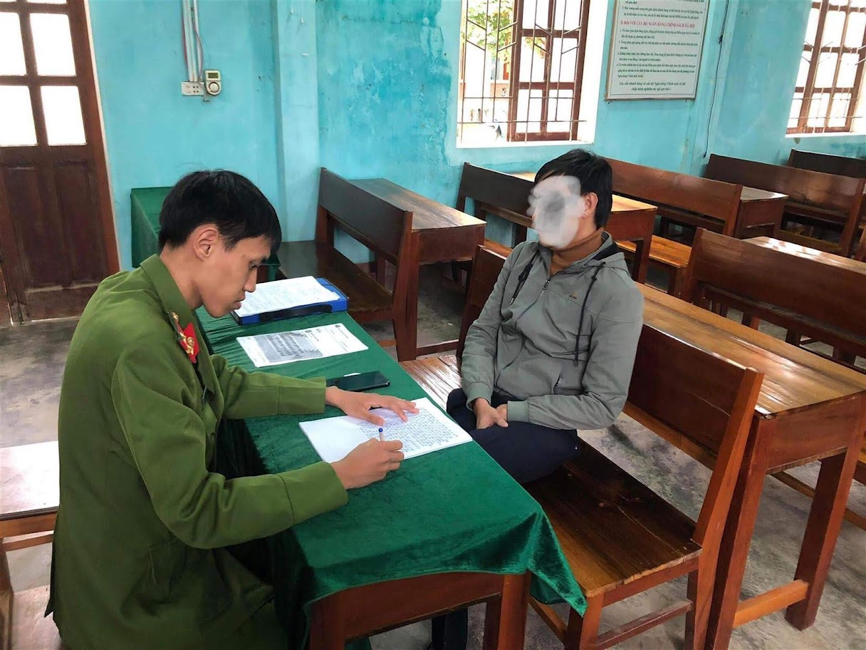 Cán bộ Công an huyện Tương Dương triệu tập đối tượng              tung tin sai sự thật trên địa bàn về dịch nCoV