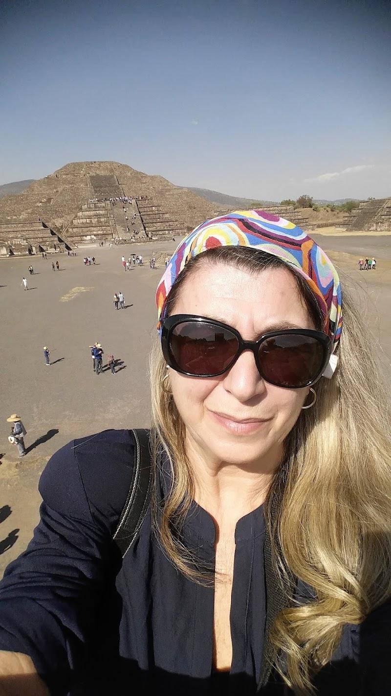 Selfie con piramide di donnavventura