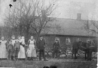 Photo: Nedergaard Vrå ,1910  Hvem??