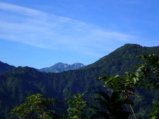 白山アップ(右に仙人窟岳)